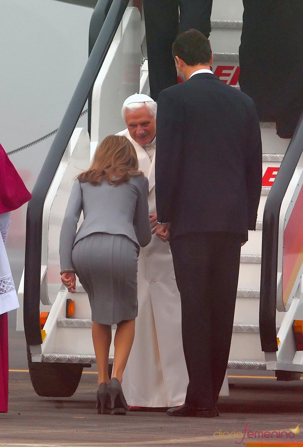 El Papa Benedicto XVI fue recibido a pie del avión por los príncipes de Asturias