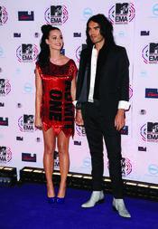 Katy Perry posa con Russell Brand en los MTV EMA
