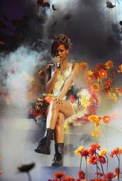 Rihanna rodeada de flores en los MTV EMA