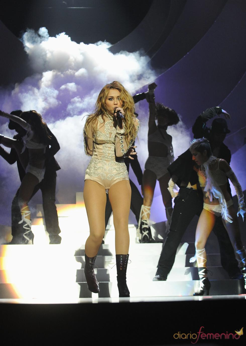 Miley Cyrus muy sensual en el escenario de los MTV EMA