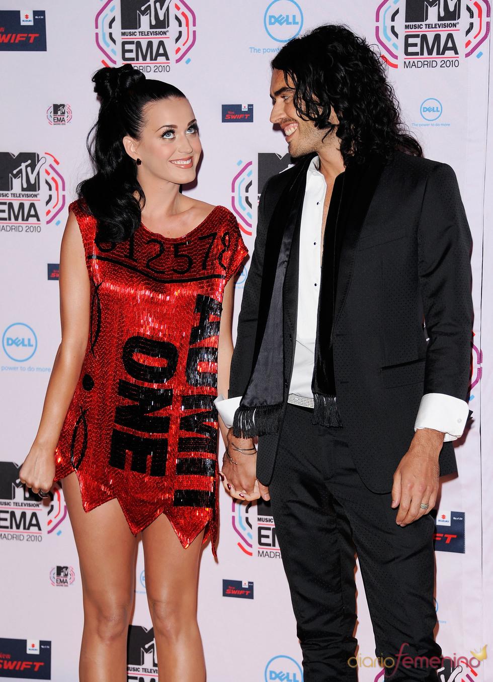 Kate Perry con su marido, Russel Bran en la Alfombra Roja del MTV day