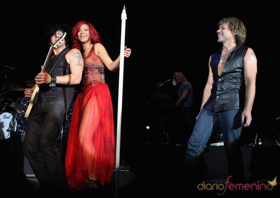Jon Bon Jovi y Rihana durante su actuación en la gala de los premios MTV