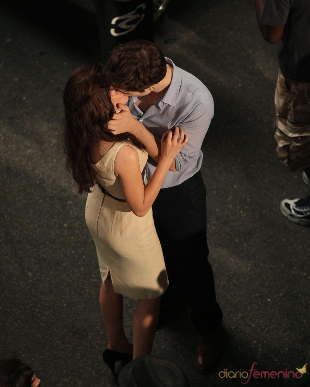Robert Pattinson y Kristen Stewart se besan en el rodaje de 'Amanecer'