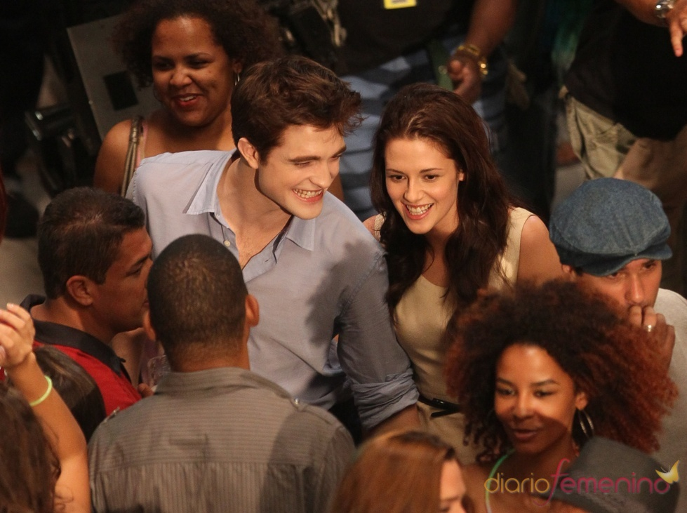 Robert Pattinson y Kristen Stewart con el equipo de 'Amanecer'