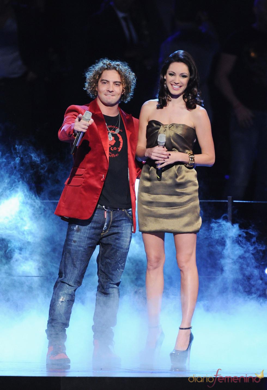 David Bisbal compartiendo escenario con la presentadora Kelly Brook