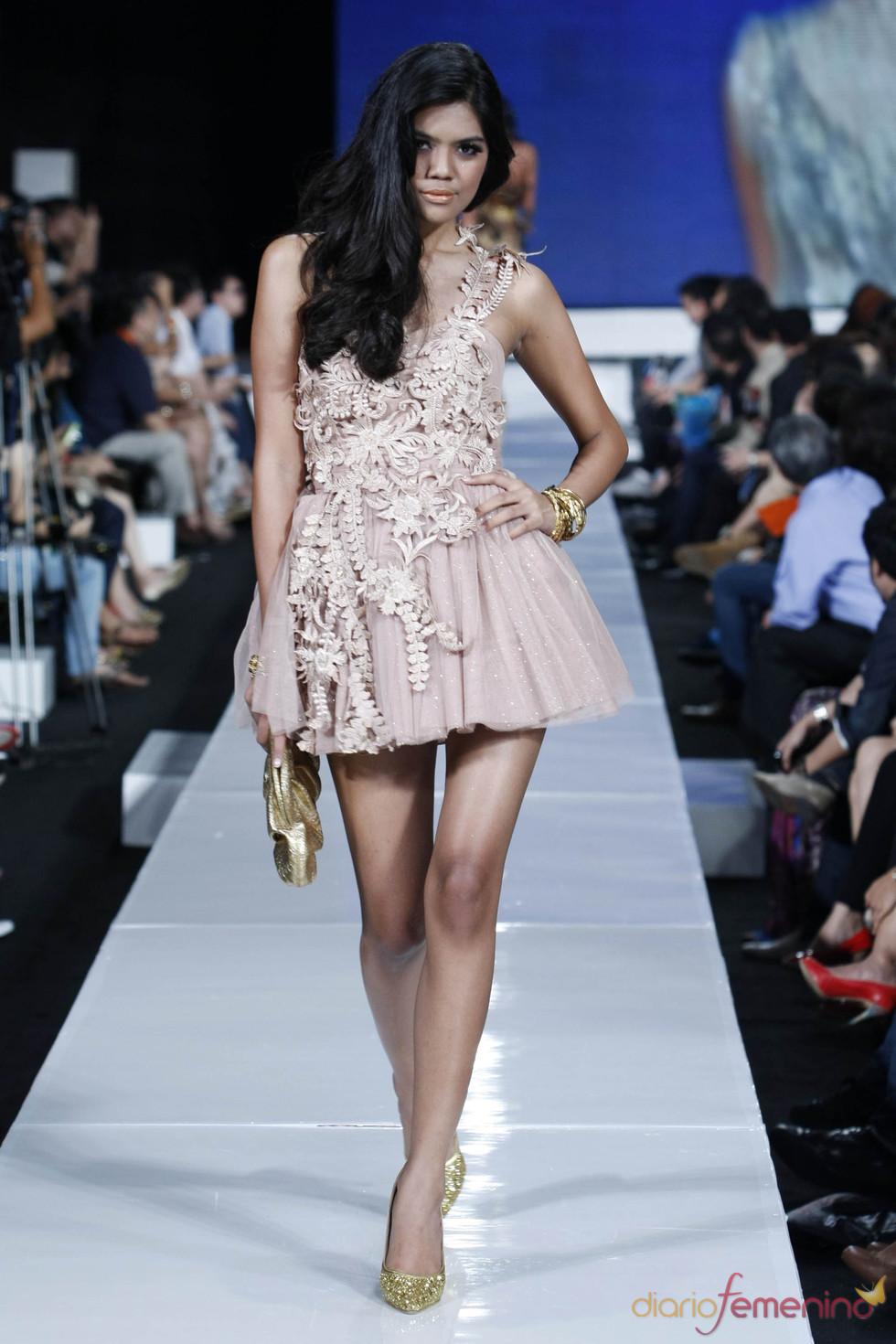 Vestido con encajes y complementos en dorado, Jarkata 2010