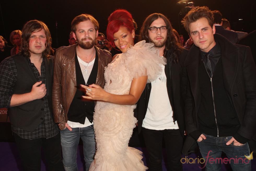 Rihanna junto con Kings of Leon en los EMAs