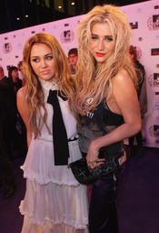 Kesha y Miley Cyrus posando juntas a su llegada a la Caja Mágica