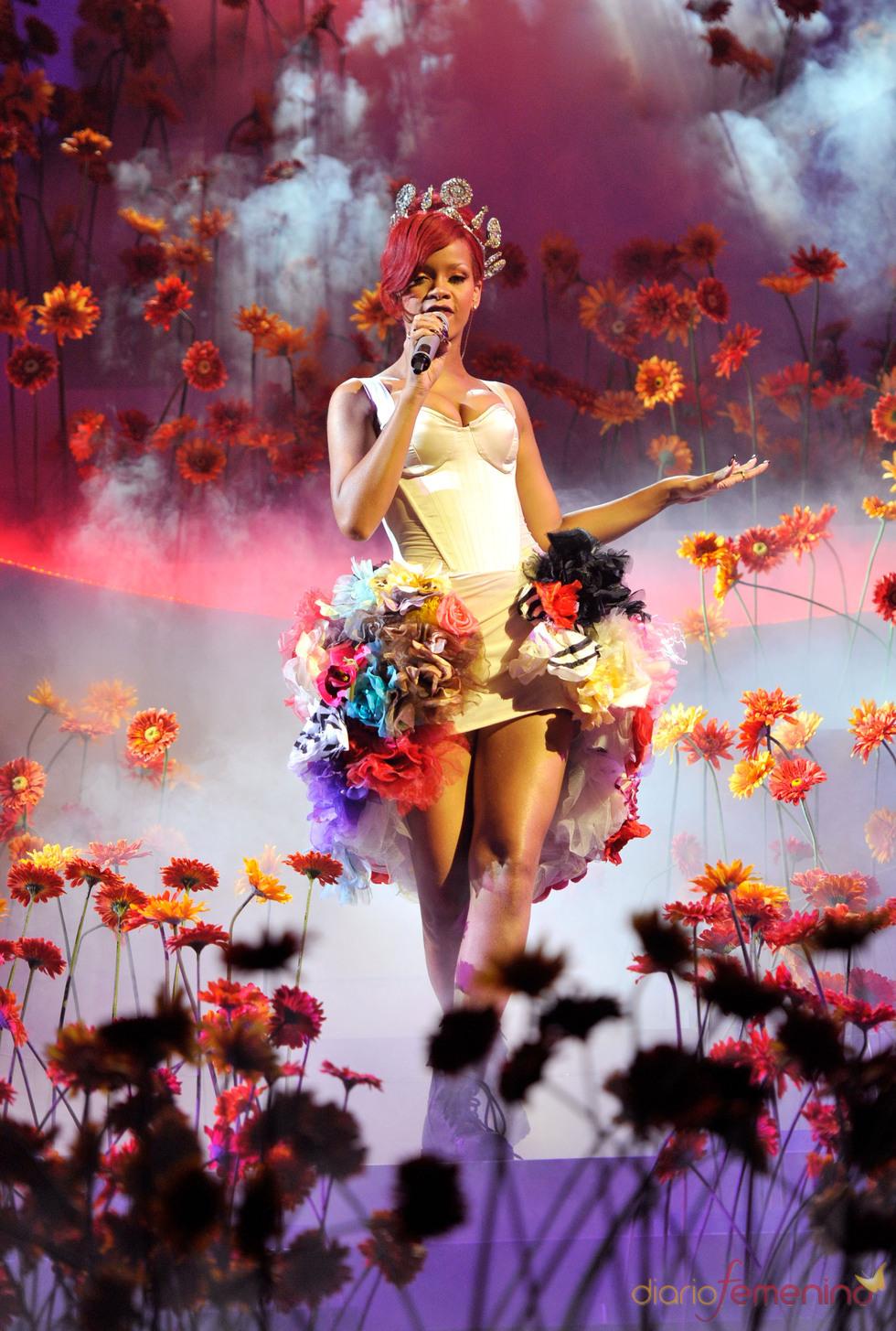 Rihanna con un vestido muy floral durante su actuación en los EMas