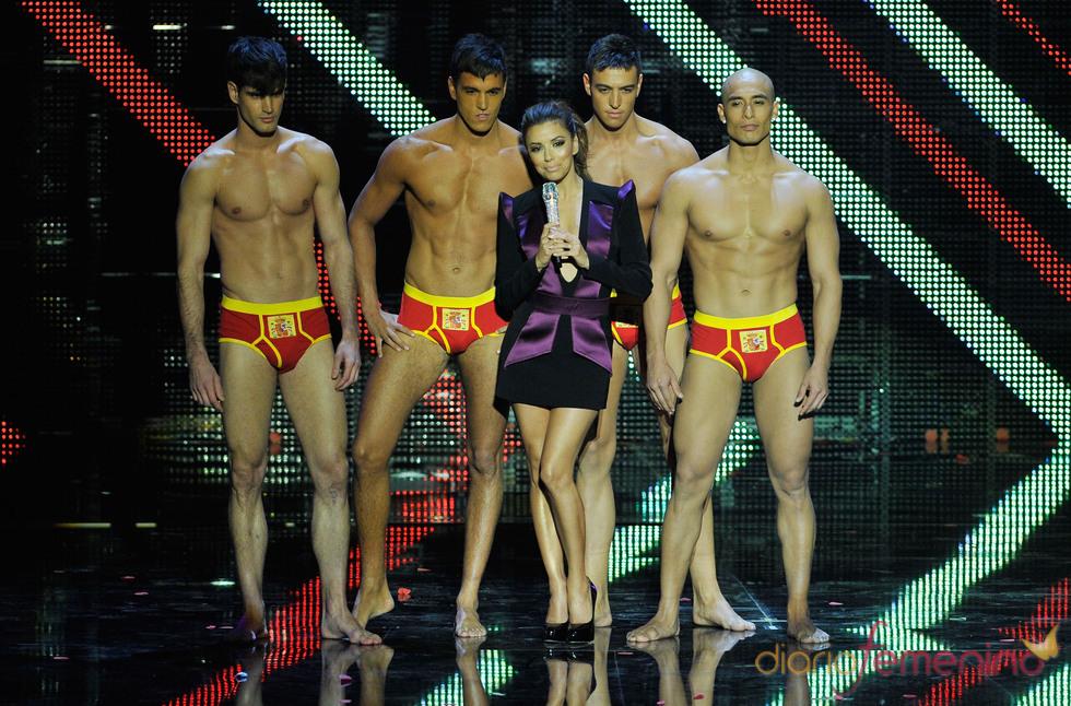 Eva Longoria rodeada de modelos en los premios MTV europeos