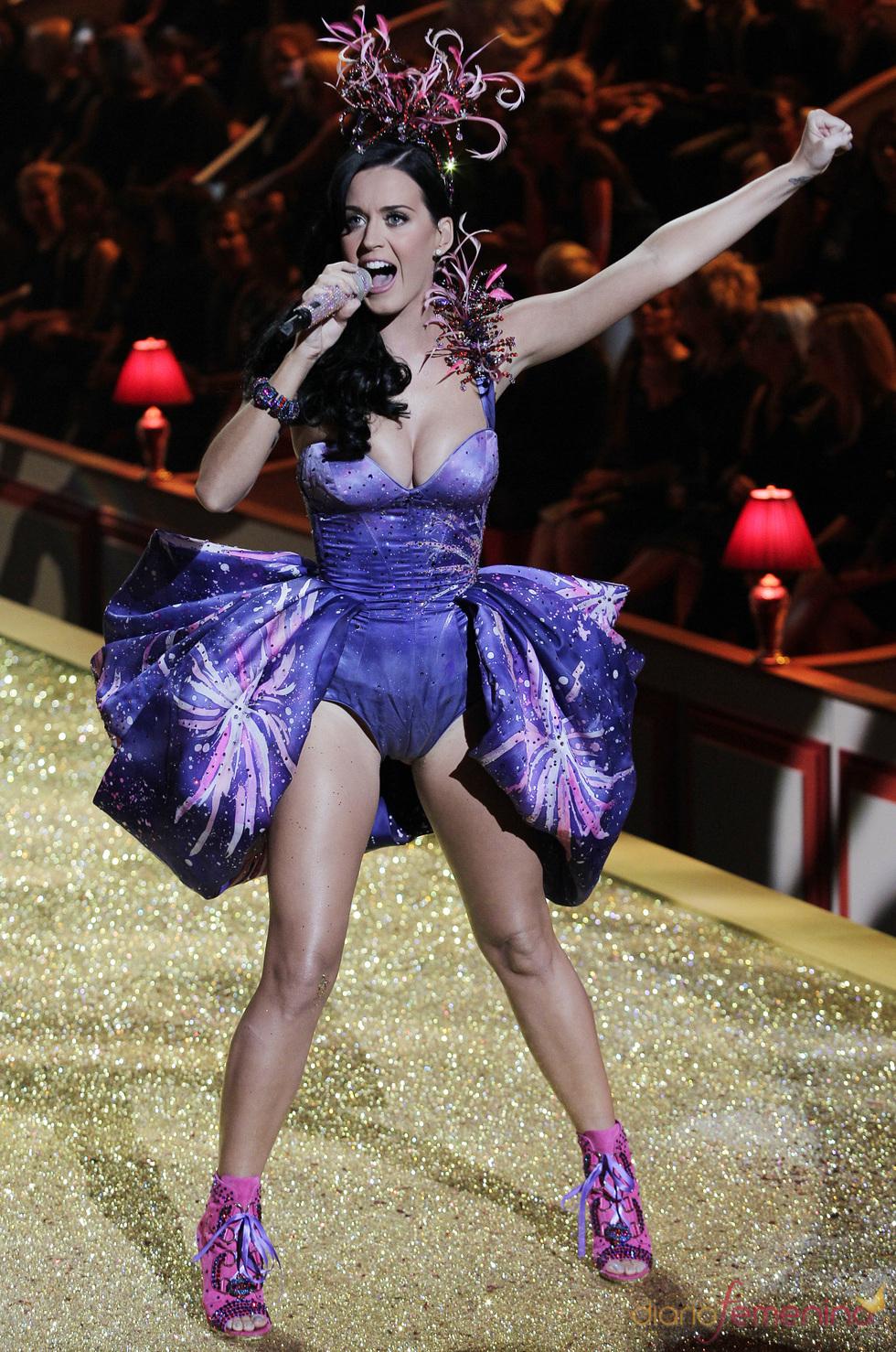 Katy Perry actúa en el desfile de Victoria's Secret