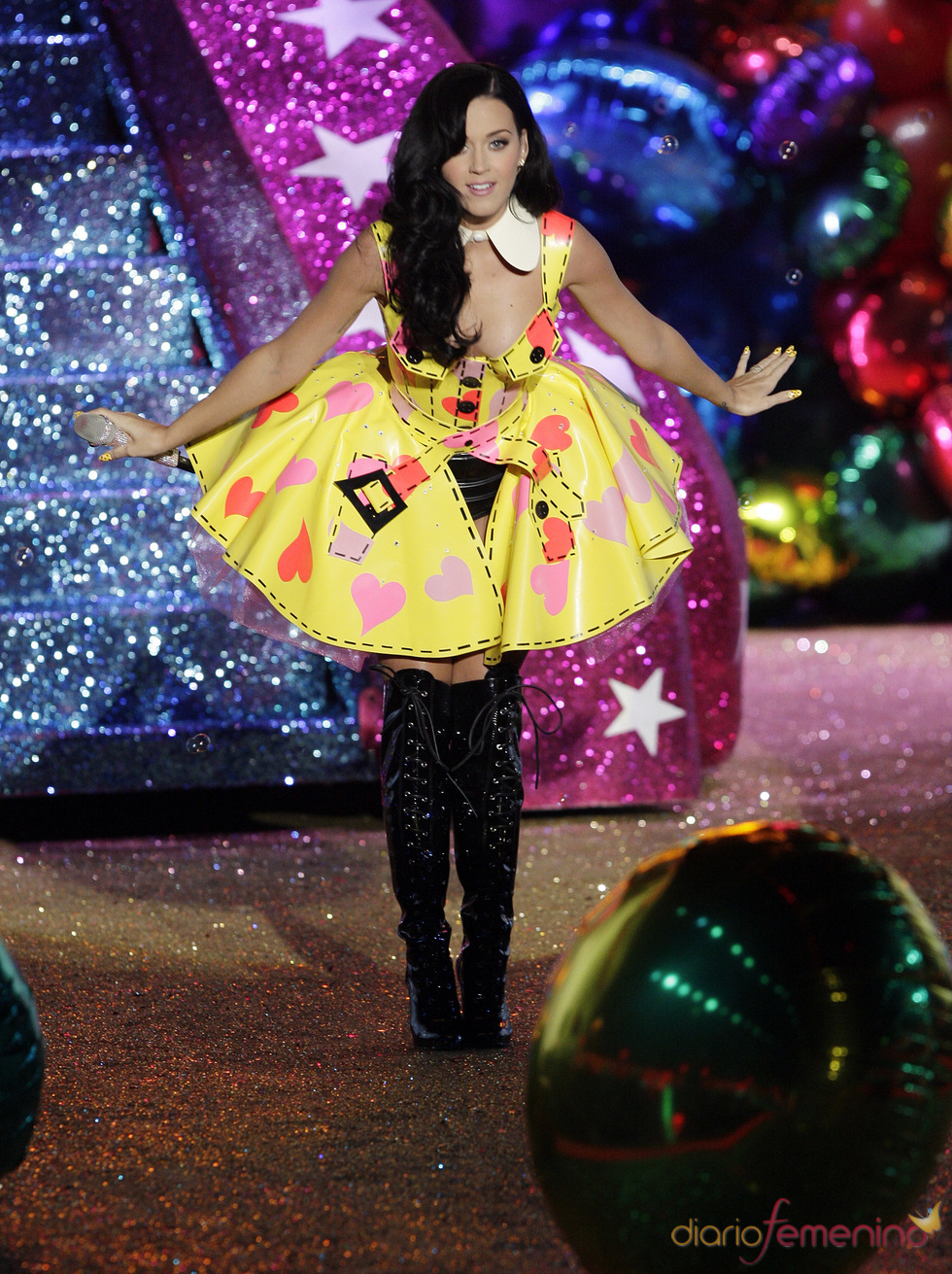 Katy Perry con look multicolor