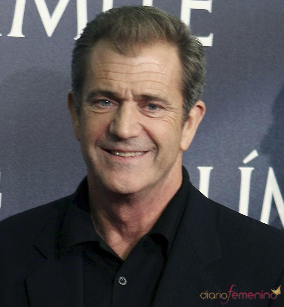 Mel Gibson posa al llegar a un estreno en Los Ángeles