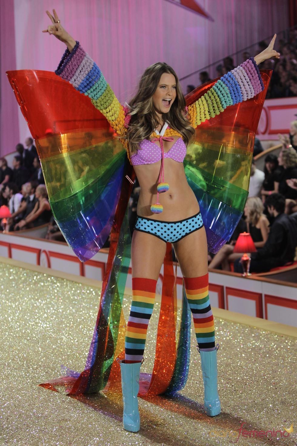Ropa íntima llena de color en el desfile de Victoria's Secret