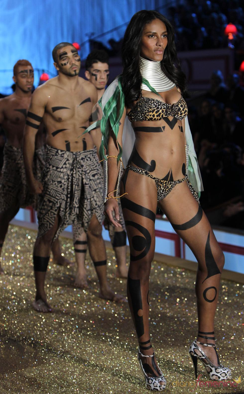 Modelo sexy en el desfile de Victoria's Secret