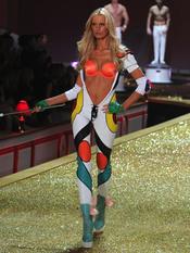 Karolina Kurkova en el desfile de Victoria's Secret
