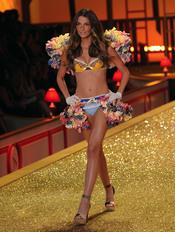 Victoria's Secret presenta un desfile lleno de color en Nueva York