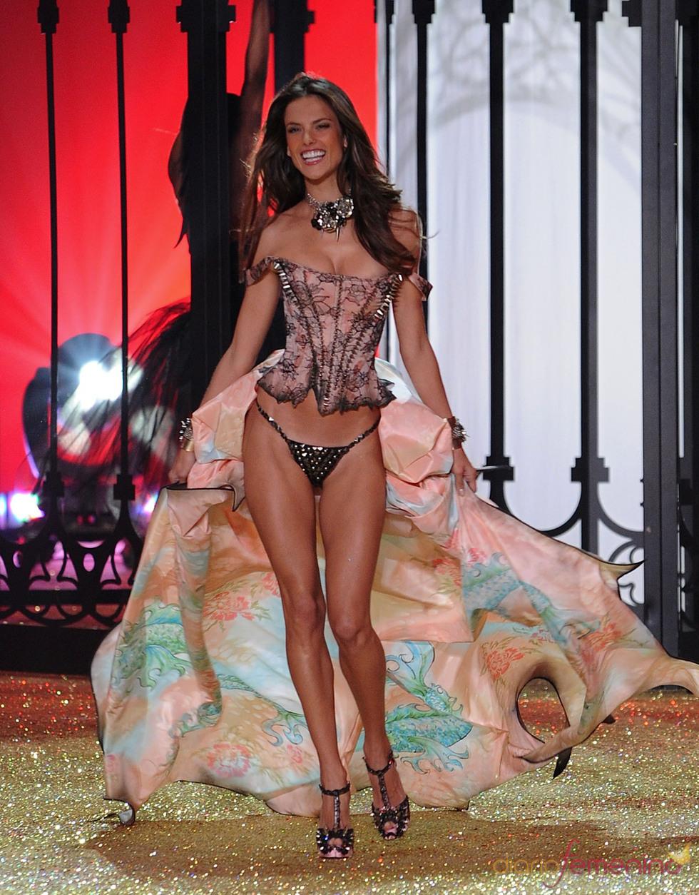 Victoria's Secret muestra sus diseños con las mejores modelos