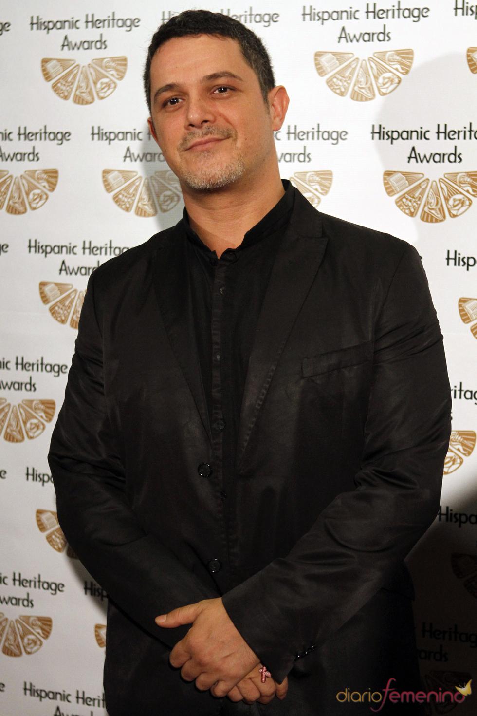 Alejandro Sanz vestido de negro