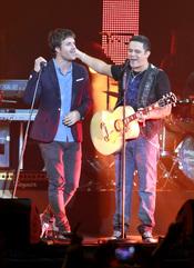 Alejandro Sanz actuando junto a Dani Martín