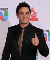 Alejandro Sanz con corbata dorada