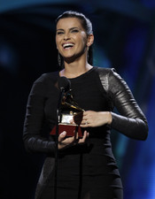 Nelly Furtado con su álbum 'Mi Plan' consiguió el premio a mejor álbum vocal pop femenino