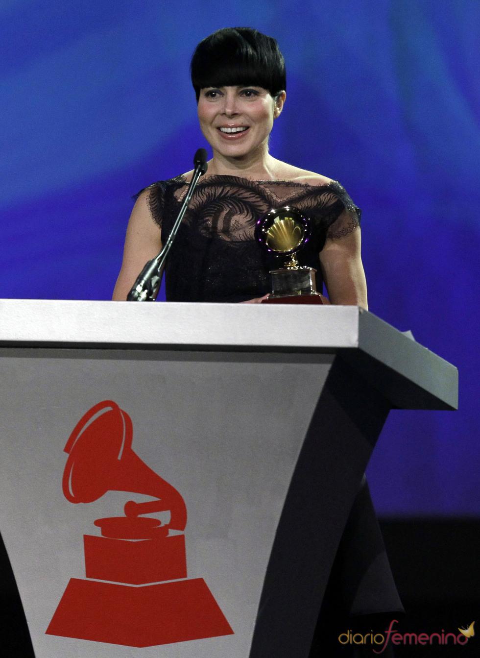 Ely Guerra recibió el gramófono como Mejor Álbum de Música Alternativa con el disco 'Hombre invisible'