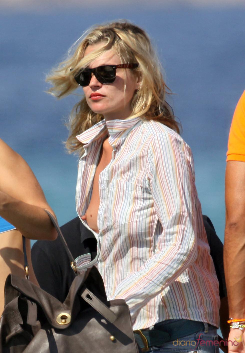 El escote traicionero de Kate Moss