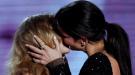 Besos entre famosas: ¿espectáculo o reclamo publicitario?