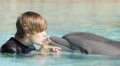 Justin Bieber juega con los delfines