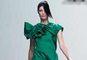 Los coloridos drapeados de María Barros dibujan a la mujer en la Madrid Fashion Week
