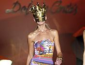 Psicodelia de colores en los trajes de baño de Dolores Cortés