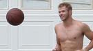 Kellan Lutz, jugando al basket sin camiseta