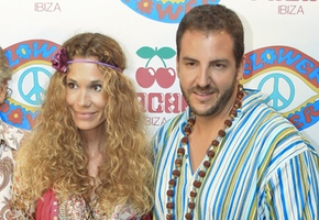 Glamour hippie en la fiesta 'Flower Power' en Ibiza