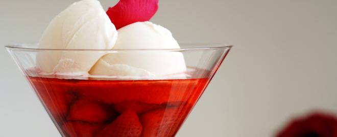 Helado de vainilla sobre compota de fresas