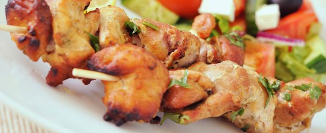 Pinchos de pollo con salsa de cacahuete