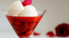 Helado de vainilla sobre compota de fresas y piña