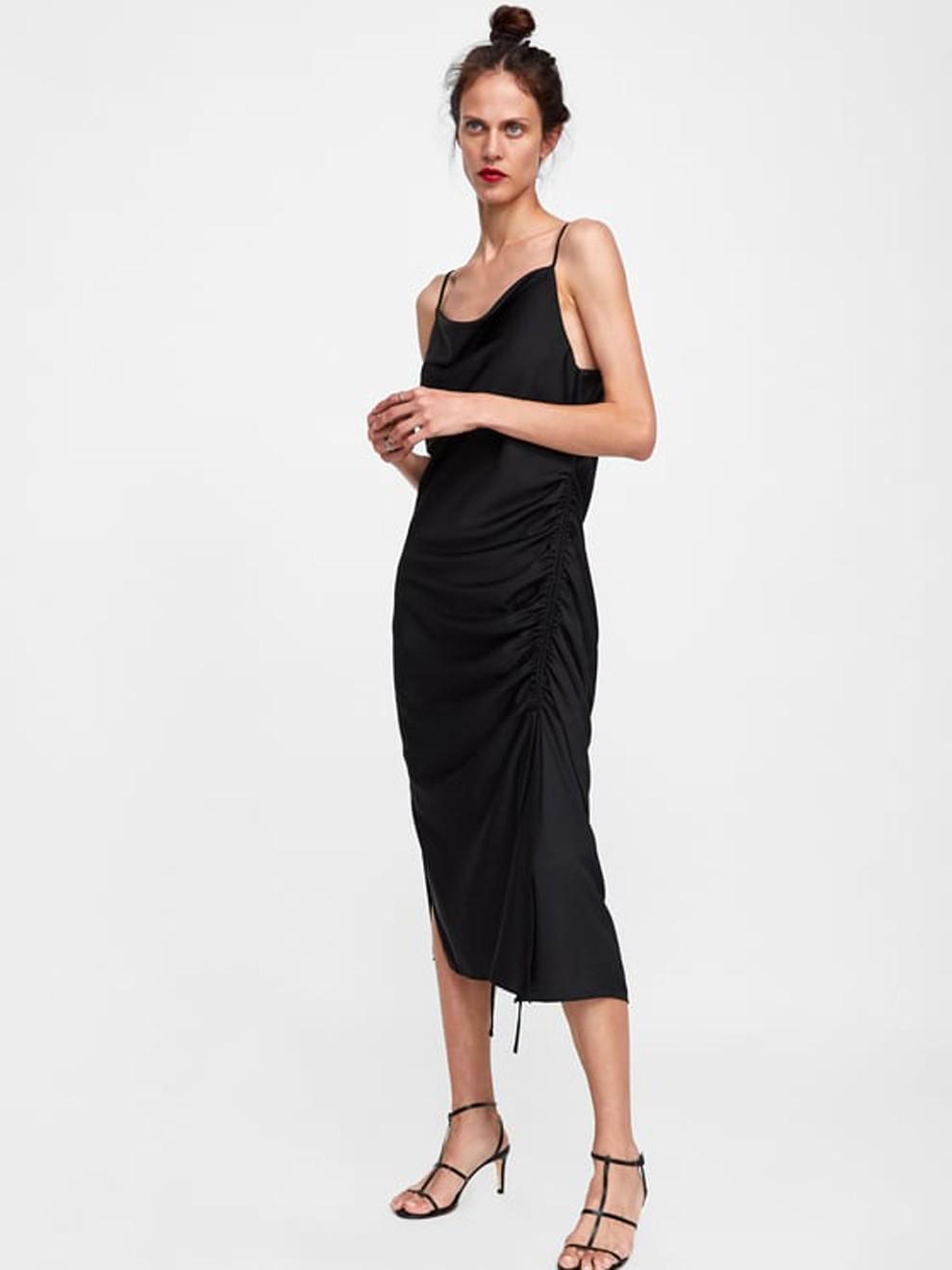 Vestido de fiesta negro con fruncidos de Zara