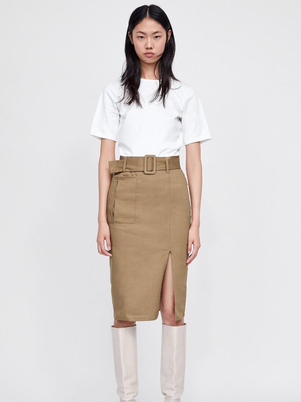 Falda midi con botas de Zara para ir a la oficina en 2019