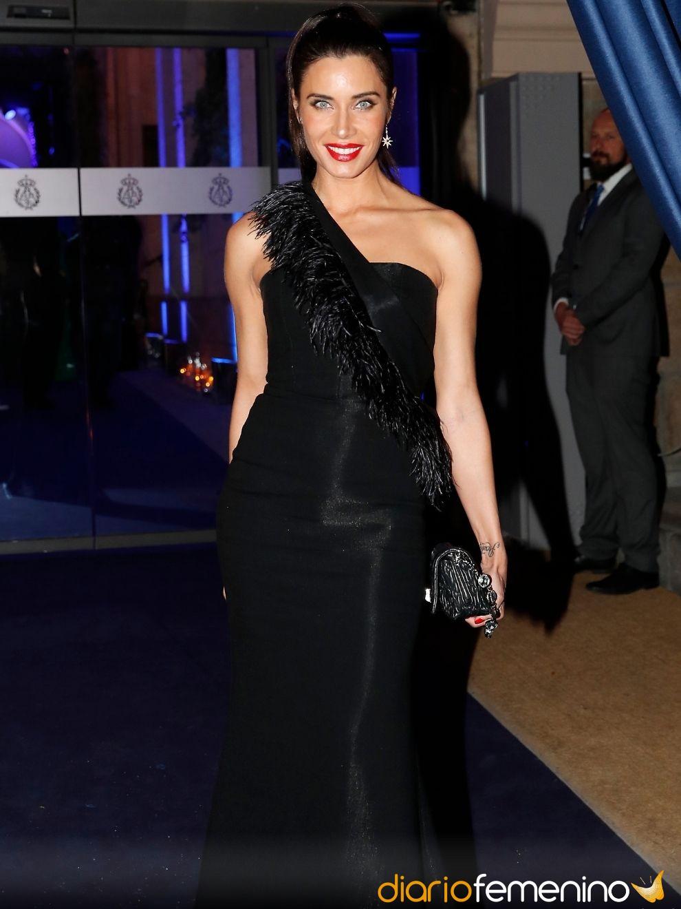 Sonar con un vestido negro elegante
