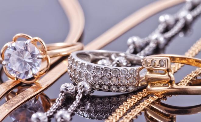 flotante Suri Humildad  Joyas de oro o de plata? Escoge los complementos según tu tono de piel