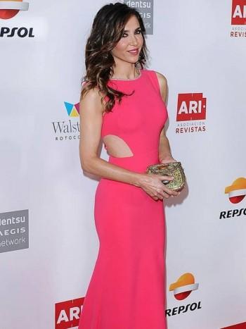 a1dffbed9 Cómo combinar las uñas con un vestido rosa palo  llamativa y arriesgada