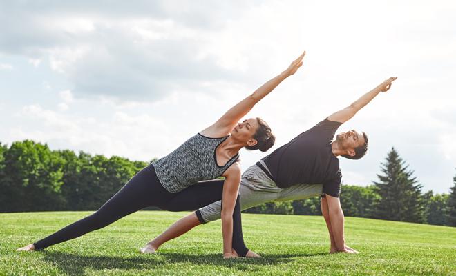 9 posturas de yoga en pareja: cómo hacerlas y qué beneficios tienen