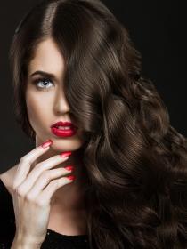 Maquillaje con pintalabios rojo de acuerdo con la edad de la mujer