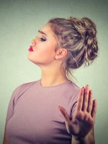 Piensa antes de hablar. El silencio de la mujer malhumorada