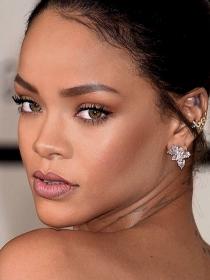 Espectacular topless de Rihanna para una revista