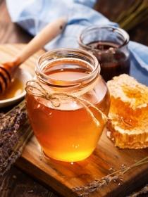 Yogur, aceite de almendras y miel para reparar la piel después del verano