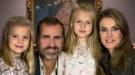 La extraña felicitación de Navidad del Príncipe, Letizia y las Infantas: ¿foto o montaje?