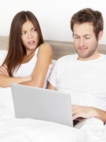 Mujeres y hombres: qué hacer si pillas a tu pareja chateando