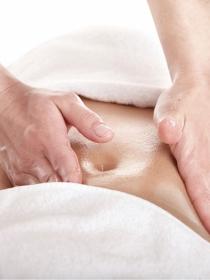 Masajes abdominales: fuera dolor de estómago a base de placer